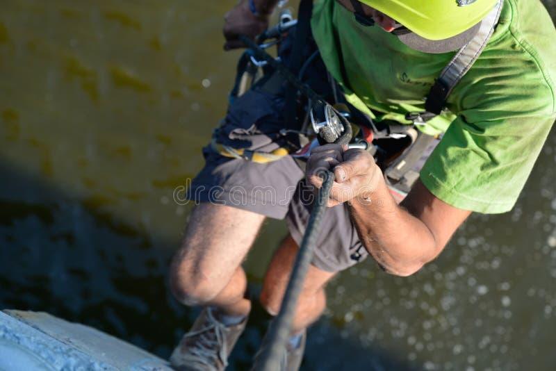 Cableman που λειτουργεί στο ύψος στοκ φωτογραφία