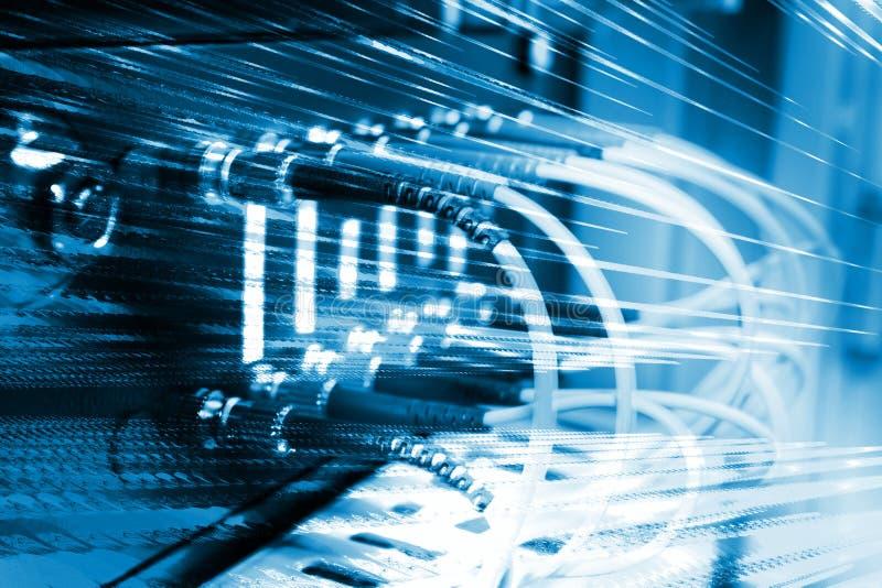 Cables ópticos de la fibra conectados con un interruptor