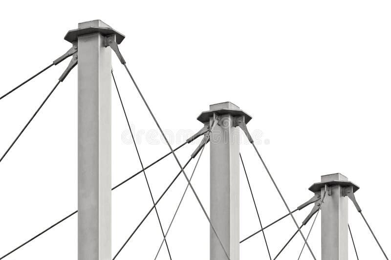 Cables atados del tejado de la suspensión, tres Grey Isolated Masts alto, anclas Swooping Cable-suspendidas del pilón del tejado, imagen de archivo libre de regalías