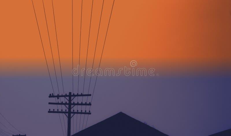 Cables de alimentación en el cielo de Kansas foto de archivo