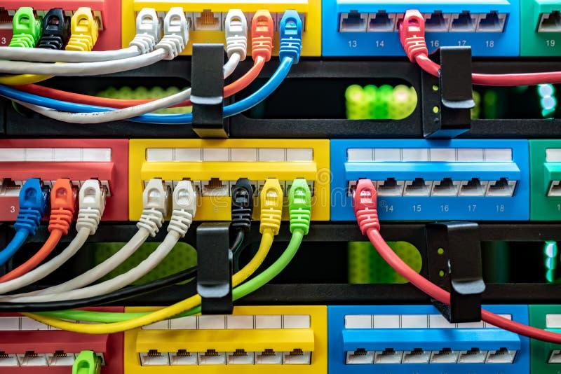 Cables de Ethernet coloridos de la telecomunicación colorida conectados con el interruptor en Internet Data Center fotos de archivo libres de regalías