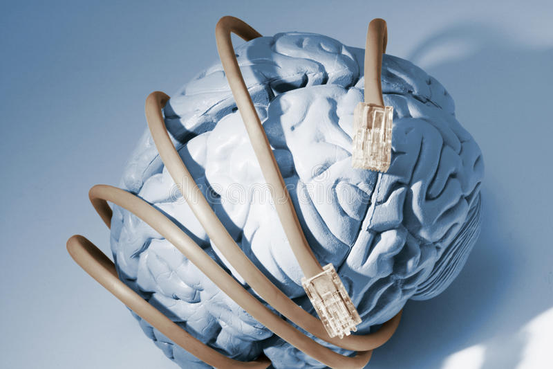 Cables de la red alrededor del cerebro imagenes de archivo