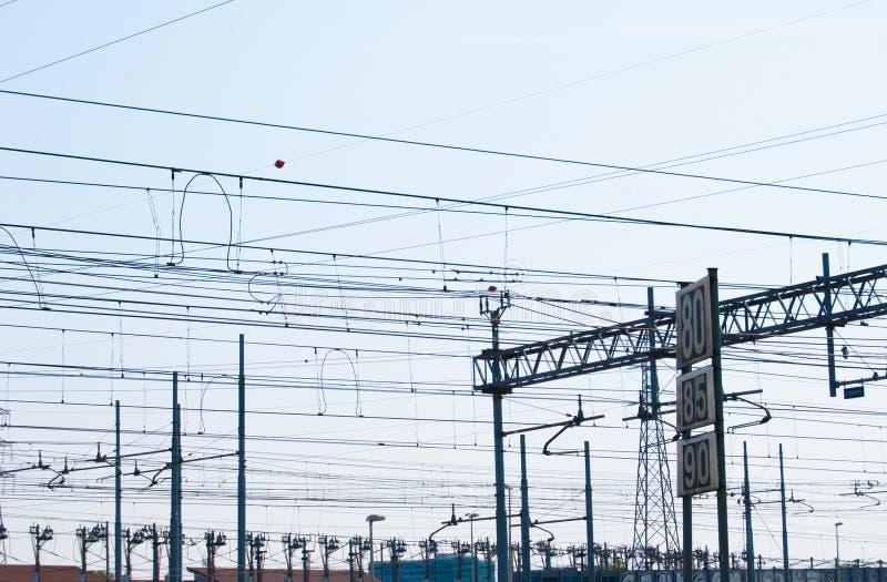 Cables de tensión en el cielo fotos de archivo libres de regalías