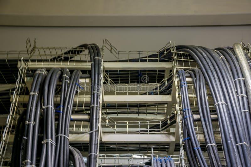 Cables de transmisión en las bandejas en el dispositivo de distribución fotos de archivo libres de regalías