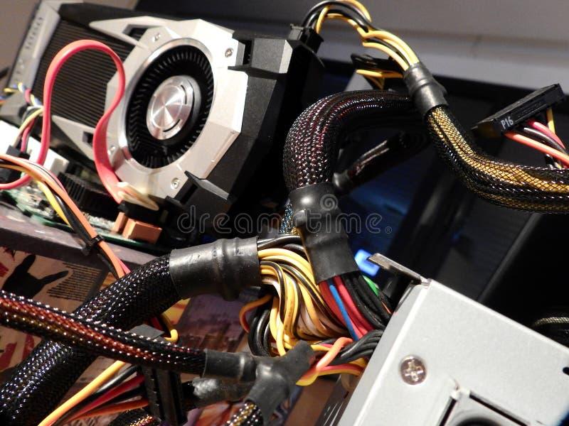 Cables de transmisión y procesador de gráficos en la placa madre fotografía de archivo libre de regalías