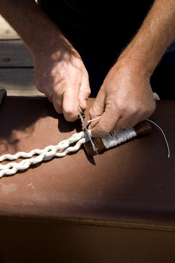 Cables del corte del marinero en la cubierta de una nave imágenes de archivo libres de regalías