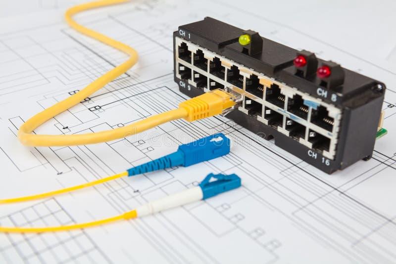Cables del interruptor de red, ópticos y de UTP de Ethernet foto de archivo libre de regalías