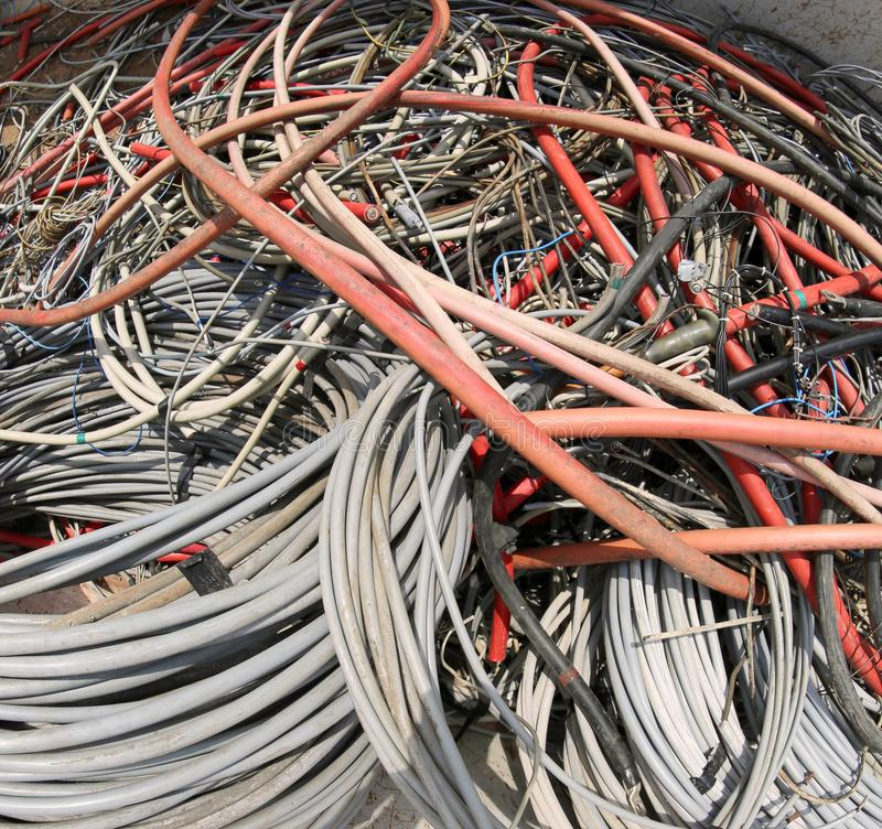 Cables eléctricos para la gestión de la basura reciclable en MU fotografía de archivo libre de regalías