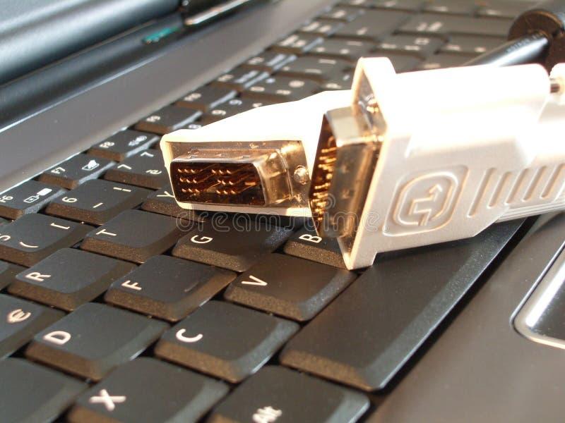 Cables en el ordenador portátil fotografía de archivo