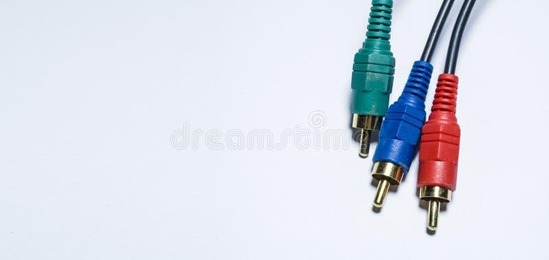 Cables multicolores de las multimedias O adaptadores de los tulipanes para los audiodevices En un fondo blanco Armas de fuego Cue fotografía de archivo