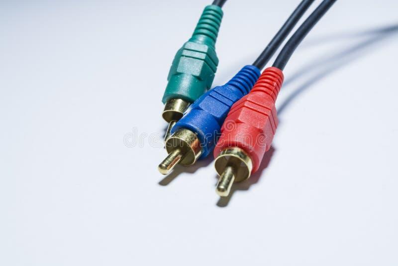 Cables multicolores de las multimedias O adaptadores de los tulipanes para los audiodevices En un fondo blanco Armas de fuego Cue imagen de archivo