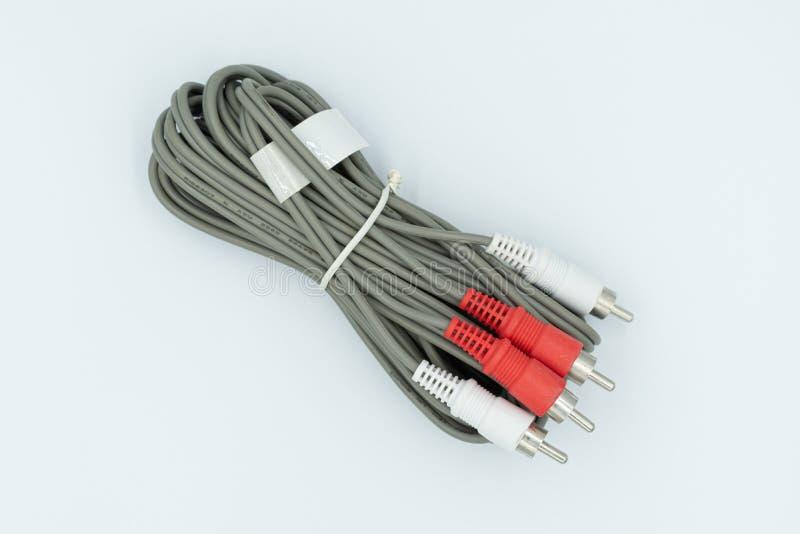Cables RCA en un estudio blanco imagen de archivo