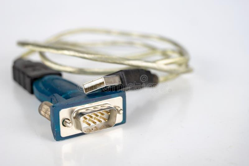 Cables viejos de la PC en una tabla blanca Conectores de COM y del lpt para viejo foto de archivo libre de regalías