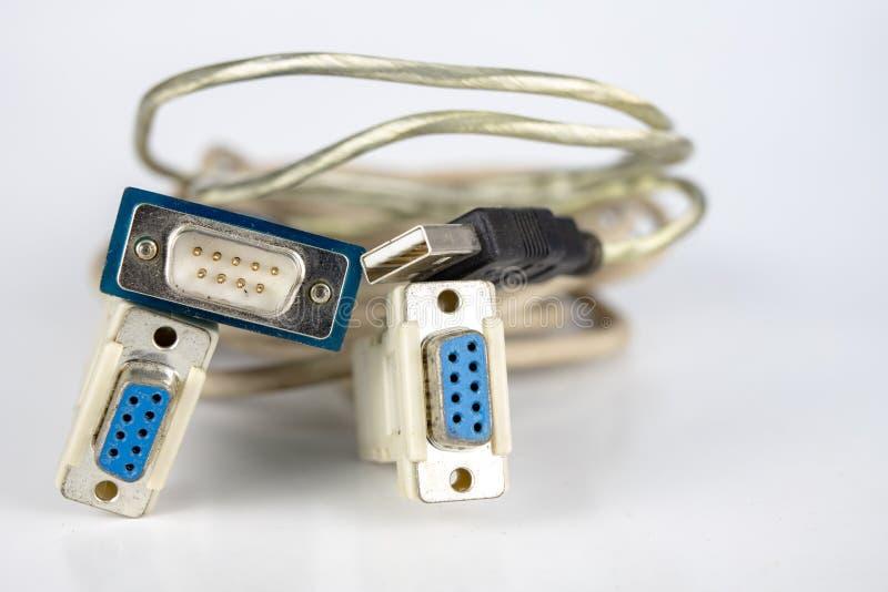 Cables viejos de la PC en una tabla blanca Conectores de COM y del lpt para viejo fotos de archivo libres de regalías