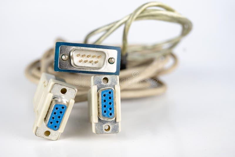 Cables viejos de la PC en una tabla blanca Conectores de COM y del lpt para viejo fotos de archivo
