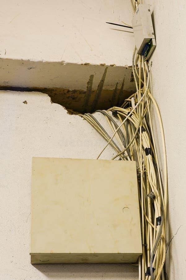 Cables y alambres enredados de la red en sitio del servidor fotografía de archivo libre de regalías
