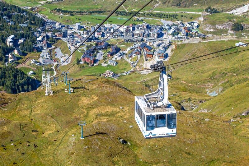 Cableway łączy Breuil-Cervinia Planować Maison dosięga 2550 metres Bruil-Cervinia na tle, Włochy zdjęcia stock