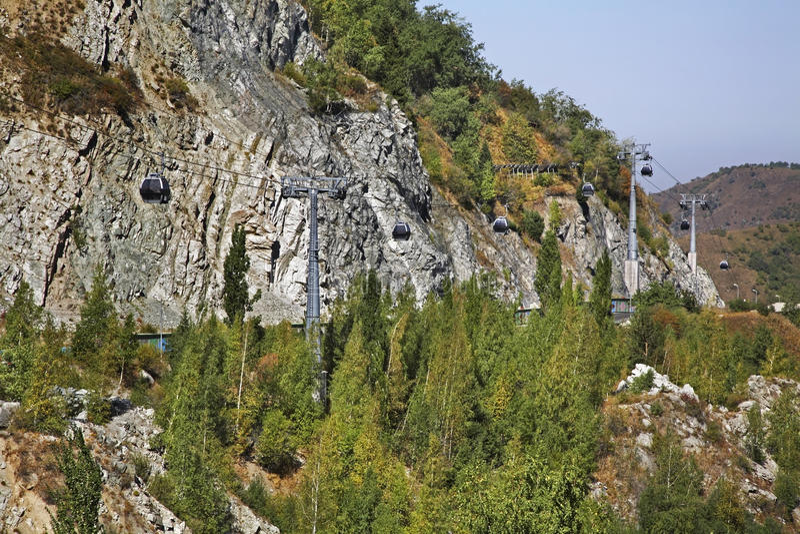 Cableway i den Medeu dalen kazakhstan royaltyfri foto