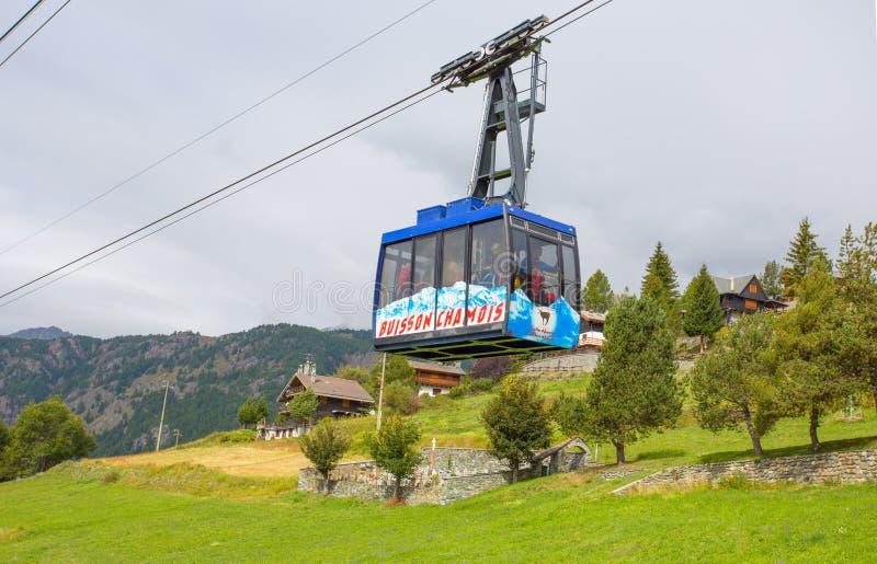Cabo aéreo de Buisson à cabra-montesa, a vila no ` Aosta de Val D, Itália Sua peculiaridade é que os carros não estão permitidos  imagem de stock royalty free