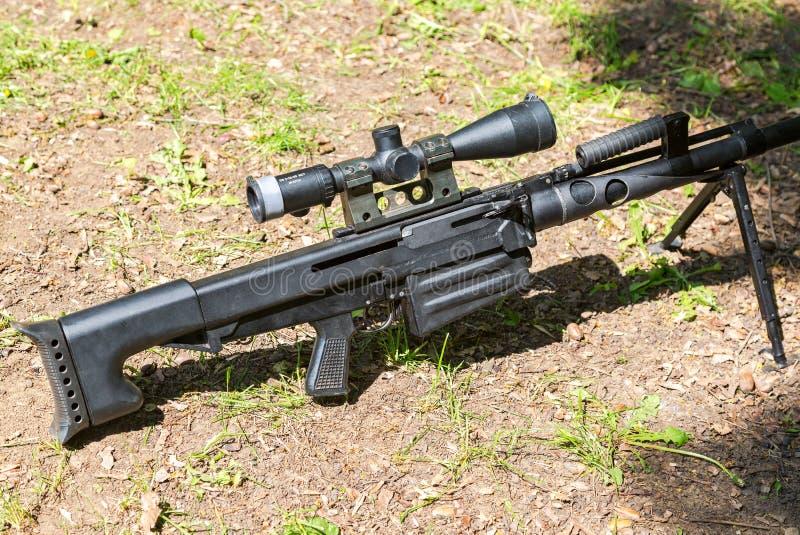 Cabo automático do rifle de atirador furtivo do calibre do russo grande com sig óticos foto de stock royalty free