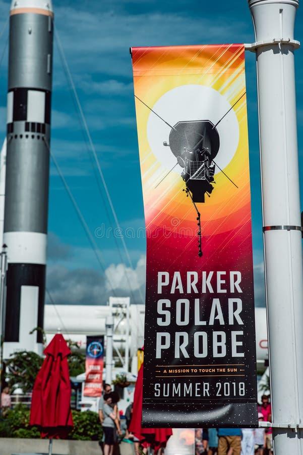 Cabo Cañaveral, la Florida - 13 de agosto de 2018: Bandera para Parker Solar Probe con el cohete en fondo en NASA Kennedy Space fotos de archivo libres de regalías