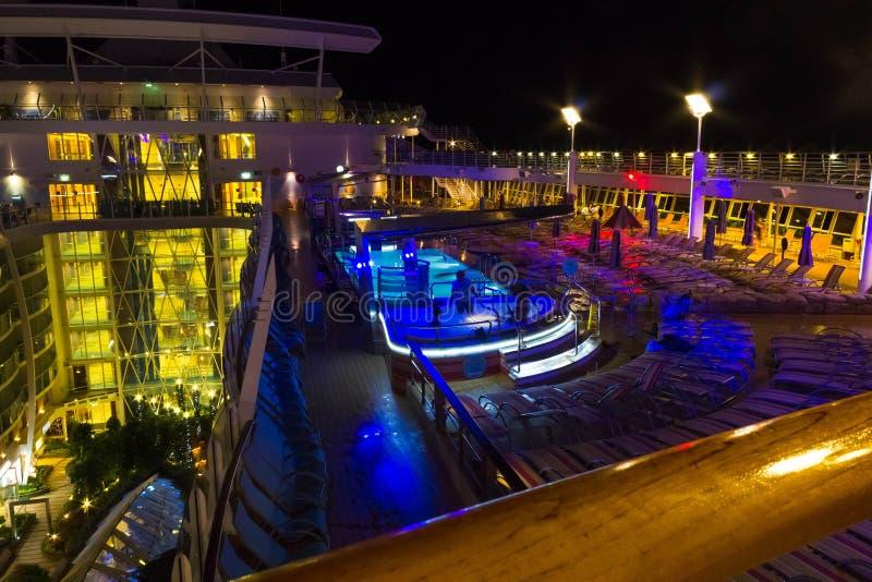 Cabo Canaveral, EUA - 6 de maio de 2018: Plataforma aberta na noite Oásis gigantes do navio de cruzeiros dos mares pelas Caraíbas fotos de stock royalty free