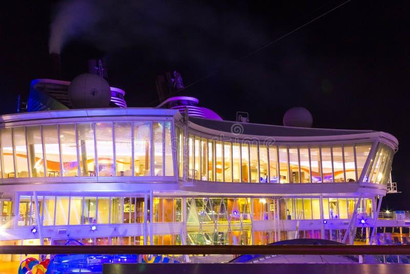 Cabo Canaveral, EUA - 6 de maio de 2018: Plataforma aberta na noite Oásis gigantes do navio de cruzeiros dos mares pelas Caraíbas fotografia de stock royalty free