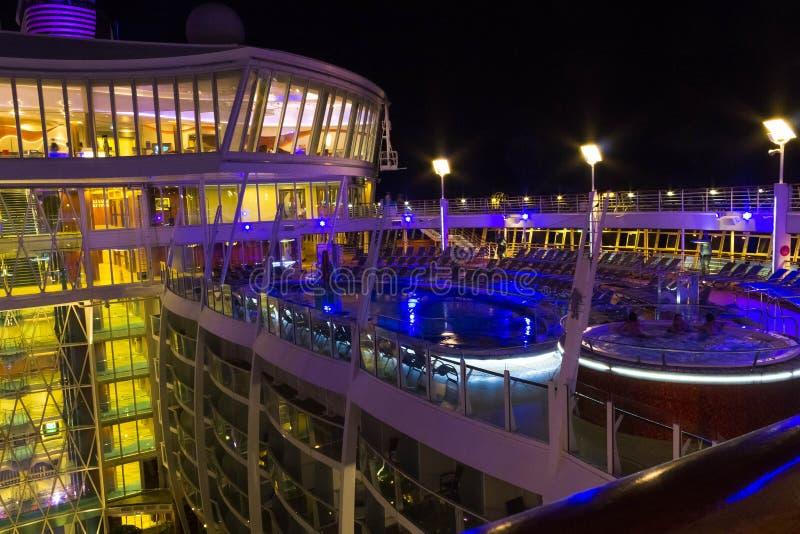 Cabo Canaveral, EUA - 6 de maio de 2018: Plataforma aberta na noite Oásis gigantes do navio de cruzeiros dos mares pelas Caraíbas imagem de stock royalty free