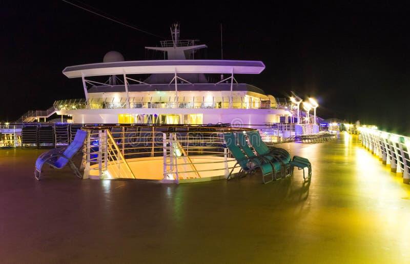 Cabo Canaveral, EUA - 6 de maio de 2018: Plataforma aberta na noite Oásis gigantes do navio de cruzeiros dos mares pelas Caraíbas foto de stock royalty free