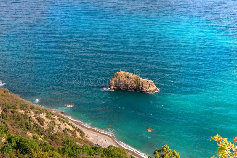 Cabo Crimea el Mar Negro de Fiolent Playa azul azul con la arena y las piedras de los corales fotografía de archivo libre de regalías