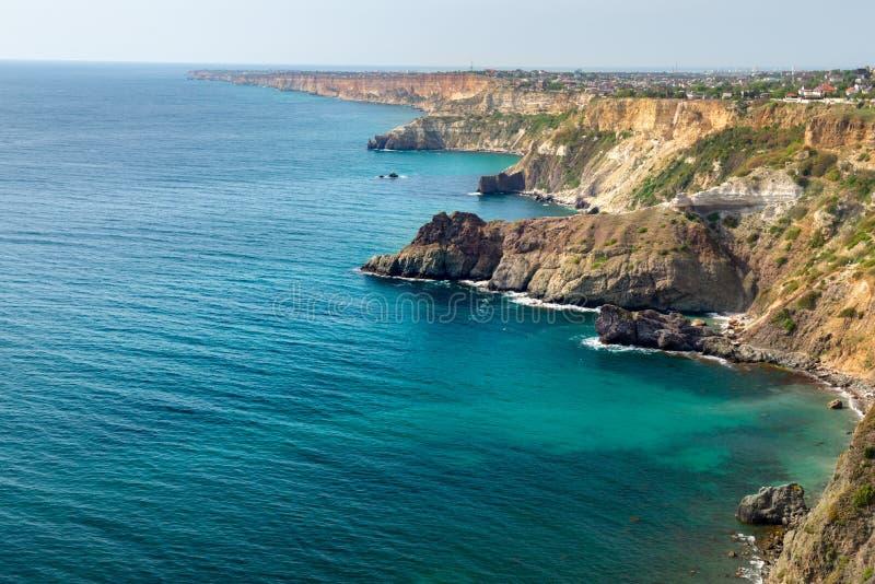 Cabo Crimeia o Mar Negro de Fiolent Beira-mar azul dos azuis celestes com areia e pedras dos corais imagens de stock