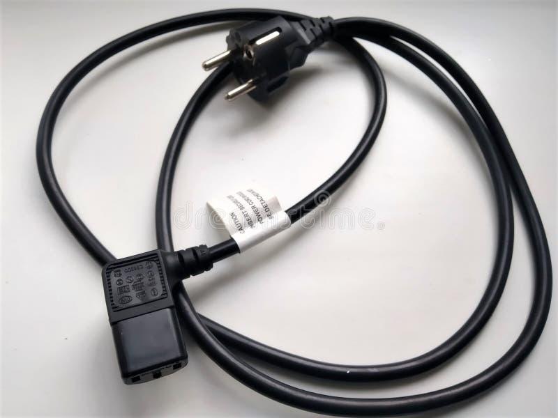 Cabo da conexão da fonte de alimentação de aparelhos eletrodomésticos da cor preta com aterrar foto de stock