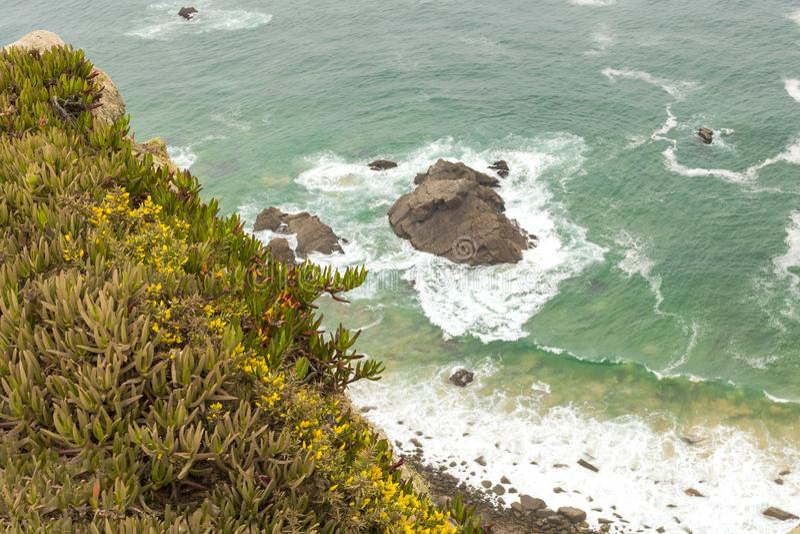 cabo da Portugal roca Latarnia morska i falezy nad Atlantyckim oceanem zdjęcia stock