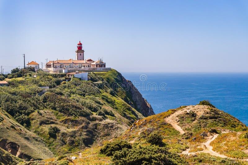 Cabo DA Roca, Portugal Faro y acantilados sobre Oc?ano Atl?ntico fotografía de archivo libre de regalías