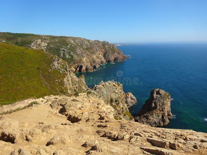 Cabo da Roca - sikt av vaggaklipporna och det ändlösa blåa havet royaltyfri bild