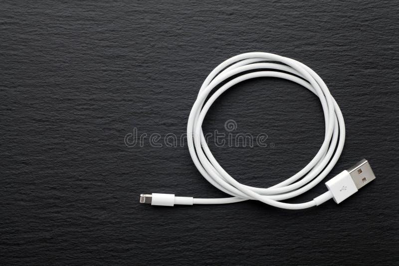 Cabo de carregamento móvel branco do usb foto de stock