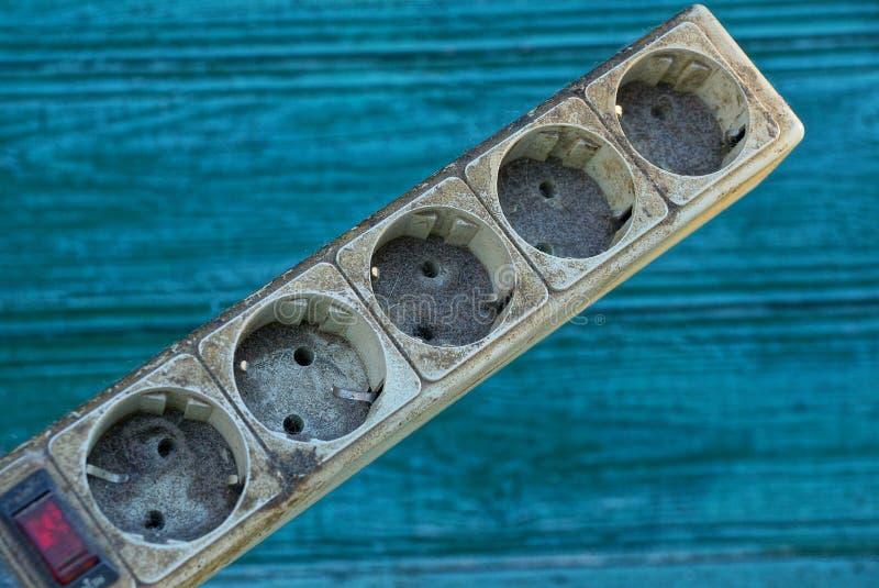 Cabo de extensão plástico sujo cinzento longo com soquetes imagens de stock