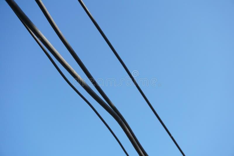 Cabo de fio no céu azul fotografia de stock royalty free