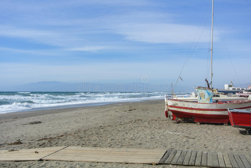 CABO DE GATA, ESPAÑA - 9 DE FEBRERO DE 2016: Barcos de pesca en la orilla del parque nacional Cabo de Gata fotografía de archivo
