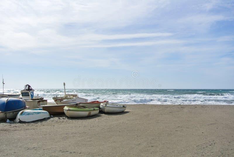 CABO DE GATA, ESPAÑA - 9 DE FEBRERO DE 2016: Barcos de pesca en la orilla del parque nacional Cabo de Gata foto de archivo libre de regalías