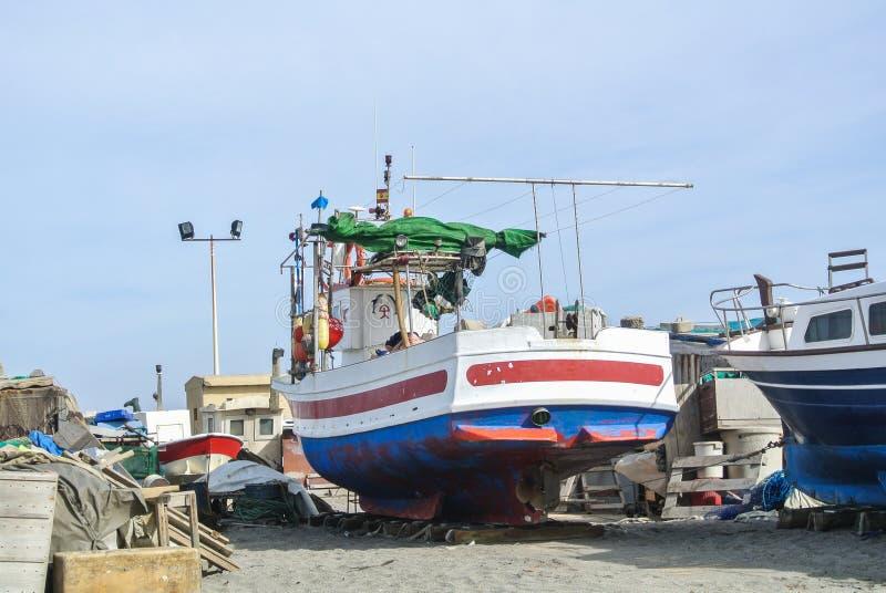 CABO DE GATA, ESPAÑA - 9 DE FEBRERO DE 2016: Barcos de pesca en la orilla del parque nacional Cabo de Gata fotografía de archivo libre de regalías