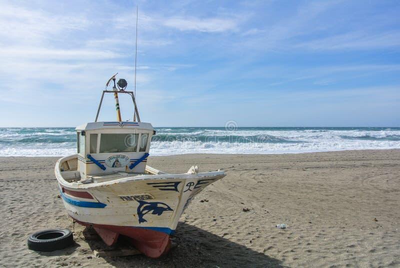 CABO DE GATA, ESPAÑA - 9 DE FEBRERO DE 2016: Un barco de pesca coloreado en la orilla del parque nacional Cabo de Gata fotos de archivo