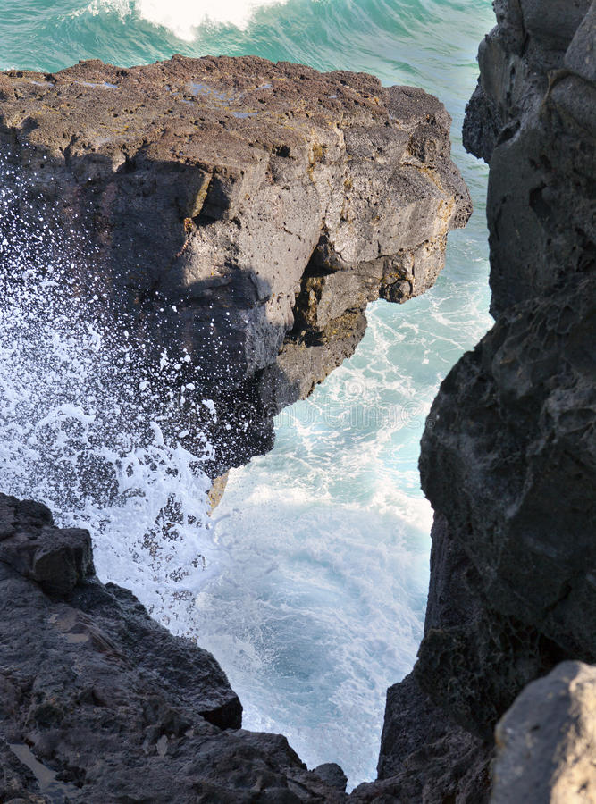 Cabo de Gris Gris no sul de Maurícia As rupturas da onda contra rochas vizinhas imagem de stock royalty free