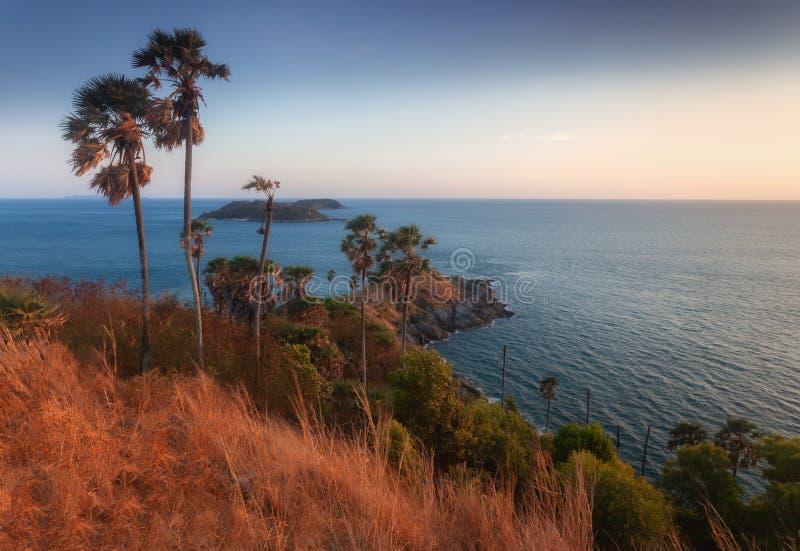 Cabo de Promthep com o por do sol situado em Rawai, Phuket fotografia de stock