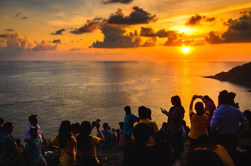 Cabo de Promthep, Phuket, Tailândia - 11 de maio de 2018: Os turistas são strik foto de stock royalty free