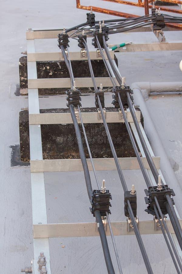 Cabo de sinal da antena instalado no assoalho do cimento fotografia de stock