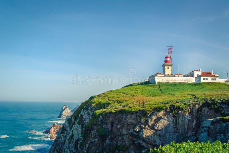 Cabo a Dinamarca Roca, Portugal Farol e penhascos sobre Ocea atlântico fotos de stock