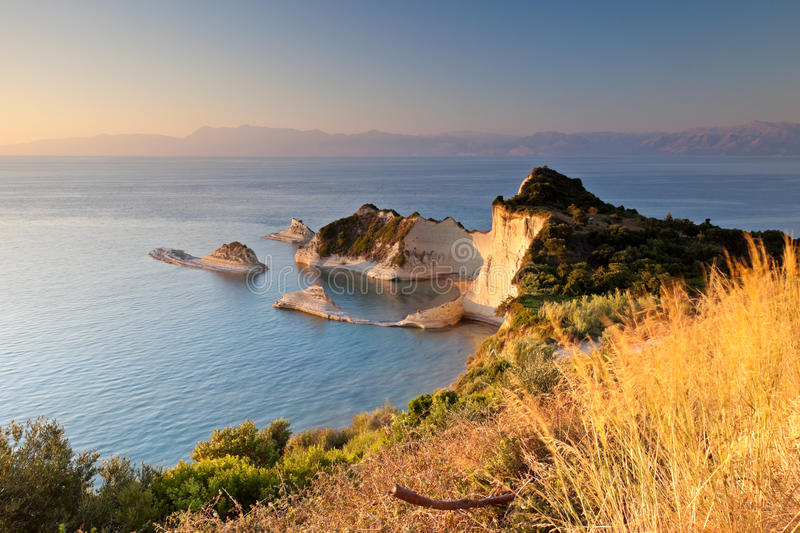 Cabo Drastis en la puesta del sol, isla de Corfú, Grecia imagen de archivo
