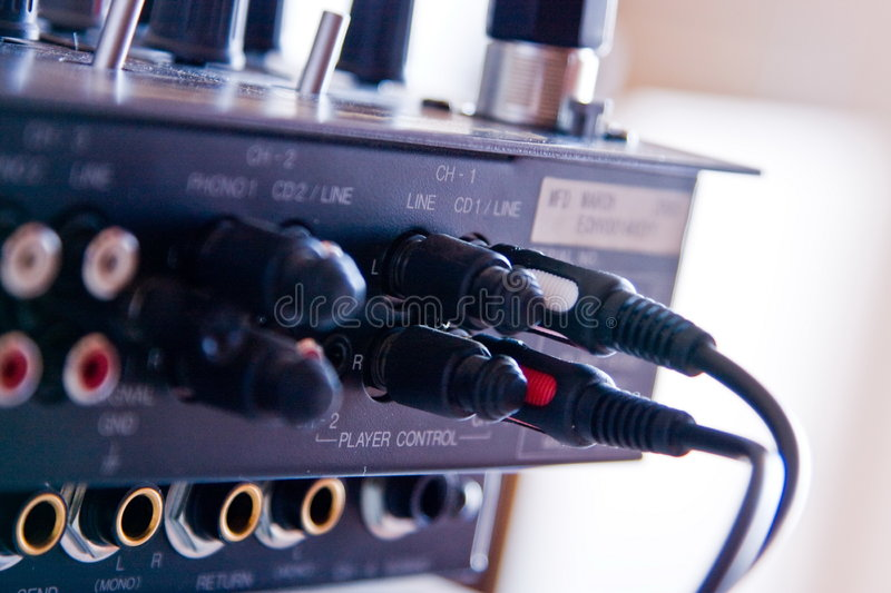 Cabo e contatos na placa DJ foto de stock