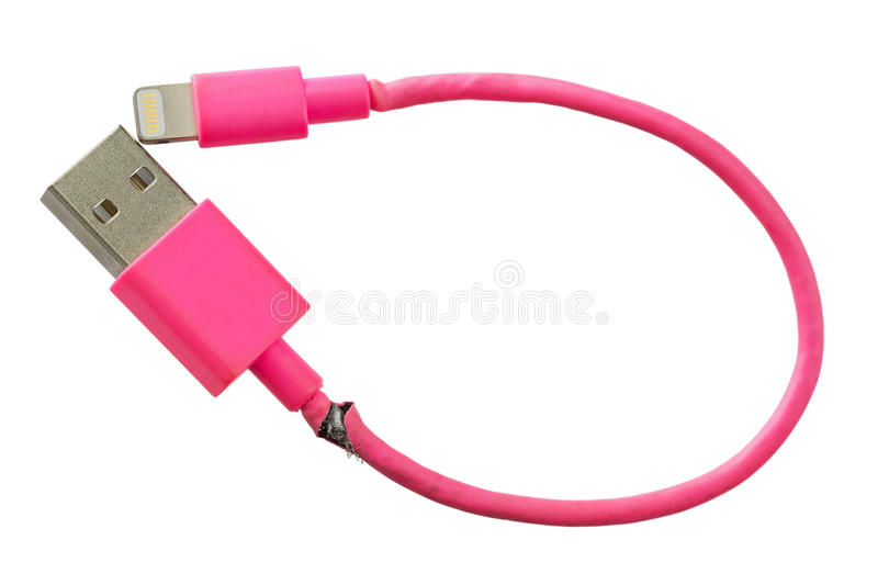 Cabo esperto quebrado de USB do rosa do carregador do telefone isolado na parte traseira do branco fotografia de stock